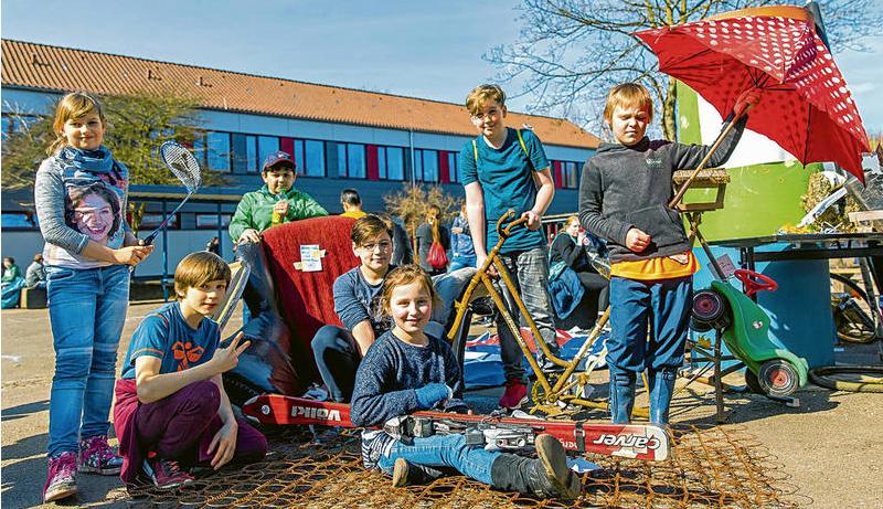 Schüler der Heinrich-Mann-Schule präsentieren die kuriosen Fundstücke, Foto: LN, Felix König